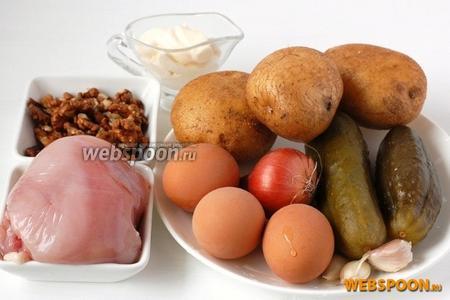 Для приготовления салата нам понадобится предварительно отваренный картофель и куриное филе, солёные огурцы, лук, чеснок, орехи, майонез, соль, перец.