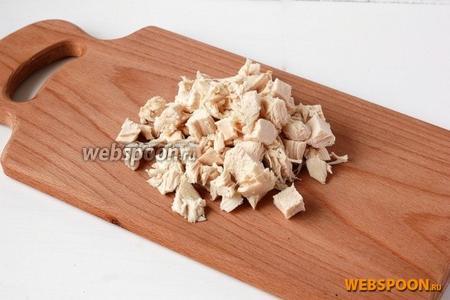 Куриное филе нарезать средними кубиками.
