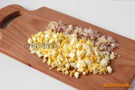 Яйца отварить. Нарезать лук и яйца мелкими кубиками.