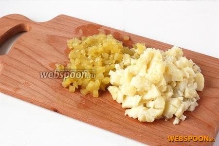 Огурец очистить и картофель — нарезать кубиками.