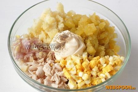 Выложить в салатник куриное филе, картофель, огурец, лук, яйца. Добавить майонез, соль, перец.
