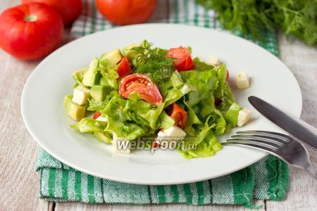 Салат с авокадо помидорами и брынзой