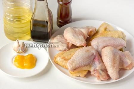Для приготовления куриных крылышек в медово-соевом маринаде нам понадобятся такие продукты: куриные крылья, жидкий мёд, чеснок, соевый соус, подсолнечное рафинированное масло, соль и чёрный молотый перец.