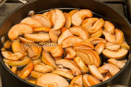 Погружаем фрукты, которые замачивали, в кастрюлю и заливаем 4 литрами воды. Затем ставим на огонь и доводим до кипения. После того как компот закипит, варим его на медленном огне 15 минут.