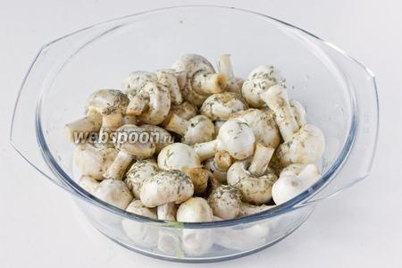Посыпаем шампиньоны сухим тимьяном, солью, белым молотым перцем.