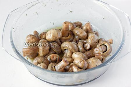 Через 6 часов достаём грибы из холодильника. Они приобрели приятный коричево-золотистый оттенок и полностью готовы к употреблению.