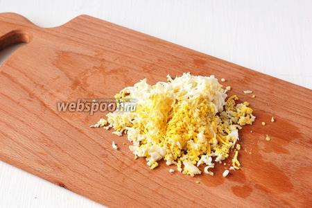 Яйцо отварить, очистить и натереть на мелкой тёрке.