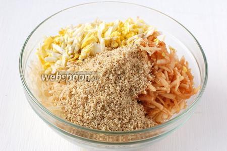 В салатник с яблоками, яйцом, сельдереем и луком добавить измельчённые с помощью блендера орехи.