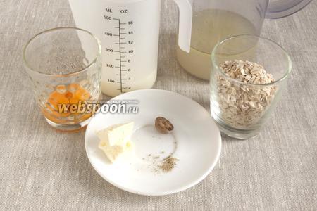 Подготовить необходимые продукты: овсянку, молоко, бульон, желтки, сливочное масло, пряности.