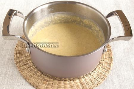 Добавить желтки, сливочное масло, соль, белый перец, мускатный орех. Прогреть, помешивая и не доводя до кипения. При подаче посыпать французскими травами.