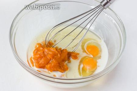 Соединяем тыквенное пюре, яйца, сахар, подсолнечное рафинированное масло, молоко.