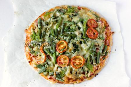 Выпекаем пиццу в предварителньо разогретой до 200 ºC духовке 15 минут. Подаём к столу сразу же в горячем виде.