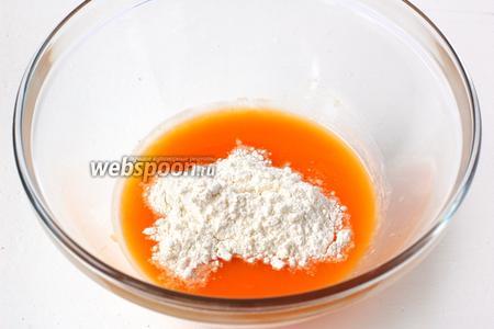 В дрожжи с сахаром добавить тыквенное пюре с водой и 2 столовых ложки муки. Рамешать.