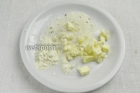 Приготовим присыпку для сладкого клюквенного пирога. Холодное сливочное масло (30 г) нарезать кубиками. Смешать с мукой (1 ст. л.) и сахаром (3 ст. л). Тщательно перетереть в крошку. Поставить в холодильник.