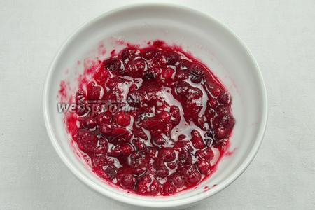 Клюкву свежую или мороженную (150 г) раздавить с помощью деревянной ложки. Смешать с сахаром (3 ст. л.).