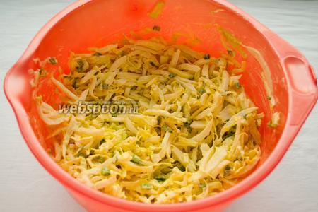 Подавайте салат на листьях пекинской капусты, украсив зеленью.