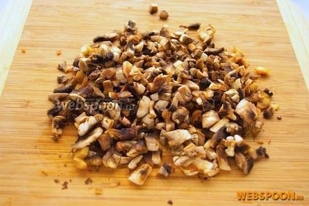 Очищенные грибы мелко нарезать на те кусочки, которые вы хотите видеть в соусе.