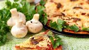 Фото рецепта Пицца с шампиньонами и салями на тыквенном тесте