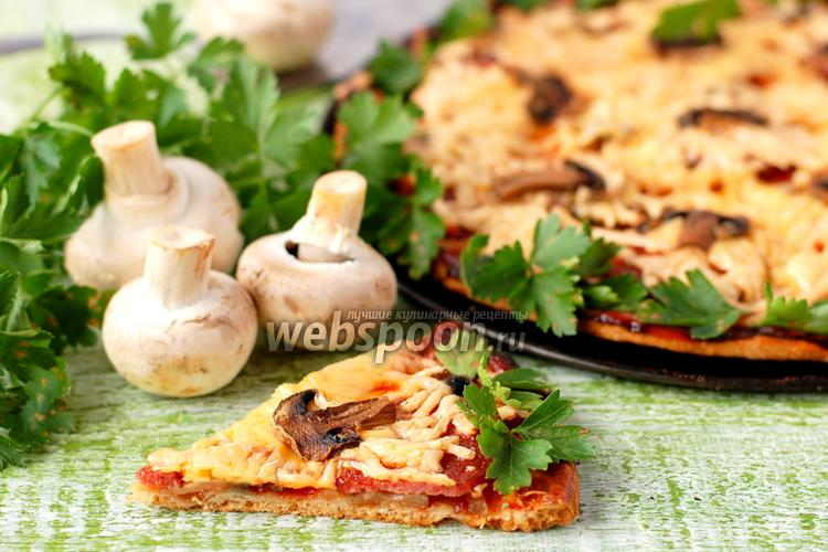 Фото Пицца с шампиньонами и салями на тыквенном тесте