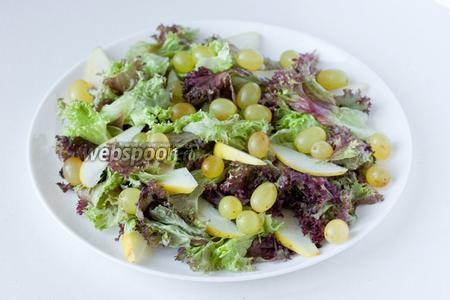Виноград моем, высушиваем и выкладываем на салат.