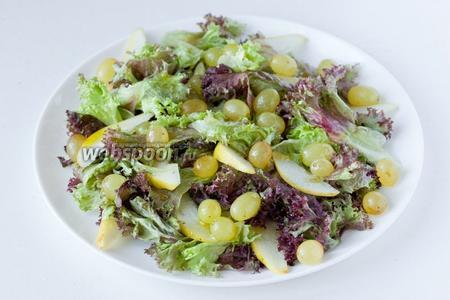 Равномерно поливаем салат заправкой.