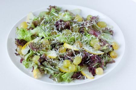 Посыпаем натёртым на мелкой тёрке пармезаном и подаём готовый салат к столу!