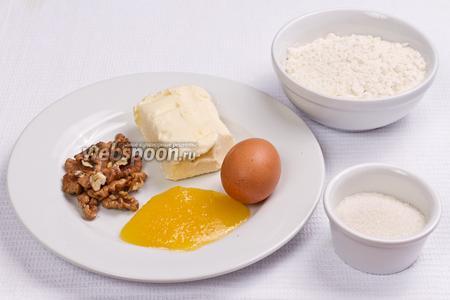 Основные ингредиенты: мука, сахар, мёд, яйцо, масло и грецкие орехи.