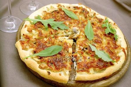 Пицца с луком, шампиньонами и индейкой