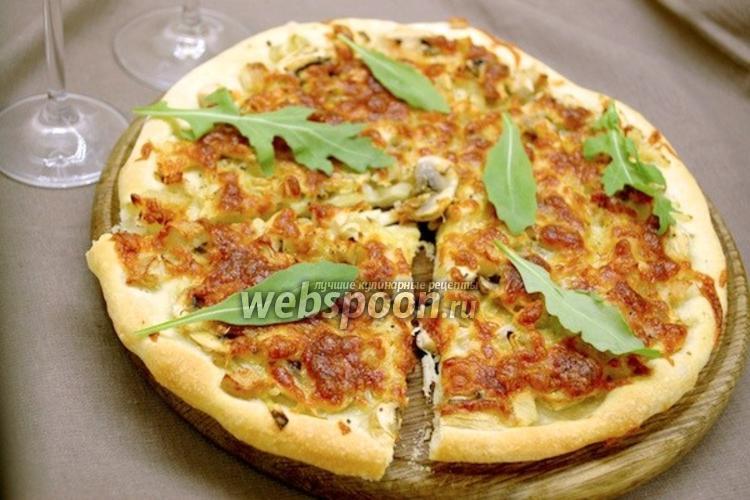 Фото Пицца с луком, шампиньонами и индейкой