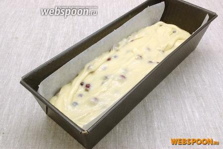 Форму для кекса застелить пергаментной бумагой. Выложить тесто. Поставить в разогретую до 170-180 °C духовку.