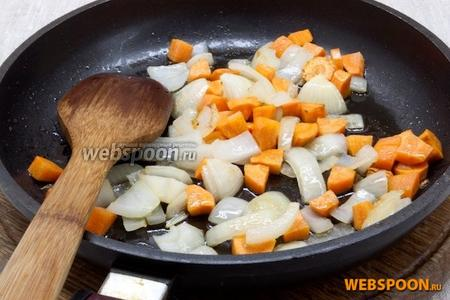 Лук и морковь нарезать кусочками среднего размера, слегка обжарить на растительном масле.