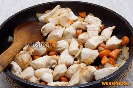 Добавить и также немного обжарить кусочки вымытого и обсушенного куриного филе, нарезанного небольшими ломтиками.