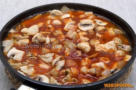 Выложить на сковородку томатную пасту, размешать немного, залить горячей жидкостью. Посолить, приправить пряностями. Довести до кипения, уменьшить огонь и тушить 15-20 минут.