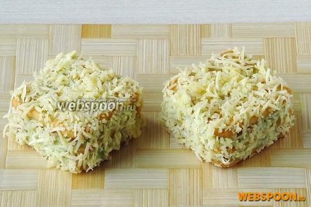 Верх и бока заготовок обмазать пастой и обвалять в тёртом сыре. Пирожные поставить на 2 часа (можно и подольше) в холодильник для пропитки.