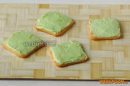 Крекеры-основания пирожных смазать пастой.