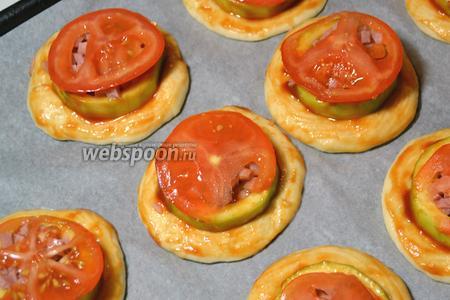 Накрыть ветчину кружками помидора.
