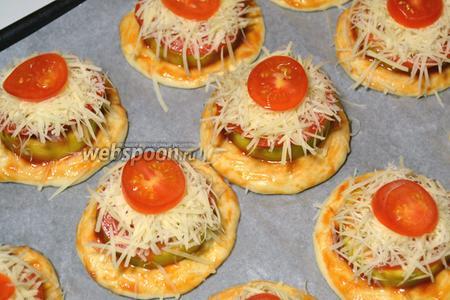 Положить на каждый кусок помидора горсть Пармезана и сверху «кнопочку» из черри. Поставить в духовку, разогретую до 220 °C на 15-20 минут.