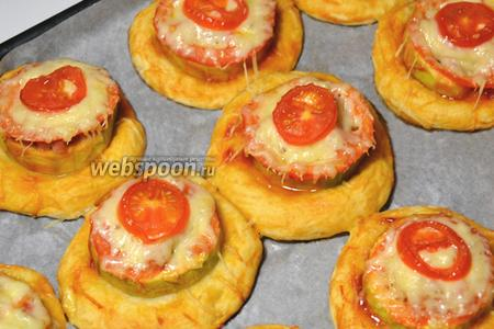 Вынуть готовые мини-пиццы, снять с бумаги. Украсить пиццы листиками петрушки или рукколы, в зависимости от наличия зелени или вкусовых предпочтений — можно наслаждаться чудесным вкусом!