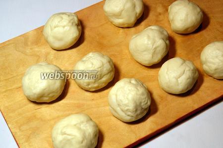 Из теста сформировать шарики размером с грецкий орех.