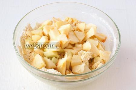 Яблоки очистить, нарезать небольшими кубиками и вмешать в тесто.