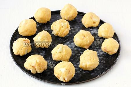 Сформировать печенье в виде небольших колобков размером с грецкий орех. Выложить на смазанную маслом форму соблюдая расстояние между печеньем.