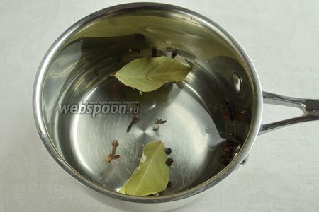Вскипятить воду со специями, варить в течение 10 минут, в конце добавить винный уксус. Остудить.
