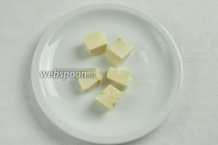 Нарезать сыр кубиками.