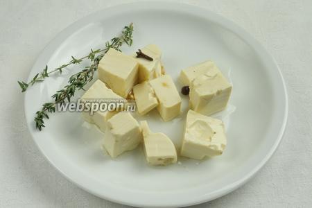 Готовый маринованный сыр использовать в салатах, к бутербродам.