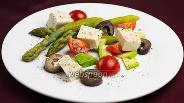 Фото рецепта Салат из спаржи с маринованным сыром тофу
