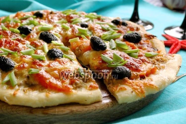 Фото Пицца с консервированным тунцом и луком
