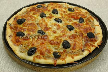 Выпекать 15 минут при 250 °C. Пиццу нужно обязательно ставить в хорошо разогретую духовку. Перед подачей посыпать пиццу измельчённым зелёным луком.
