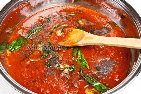 Затем добавить томаты и немного потушить. Добавить соль, перец и держать на огне ещё пару минут.