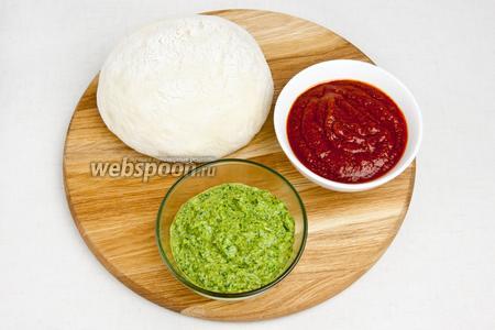 Пока подходит тесто можно приготовить  соус песто  и  томатную пасту .