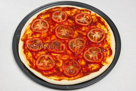Затем тонко нарезать помидоры и сверху притрусить орегано.